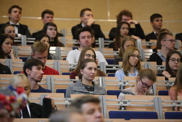 Takich tłumów na sali wykładowej prędko nie zobaczymy. Zajęcia w najbliższym czasie będą prowadzone głównie online