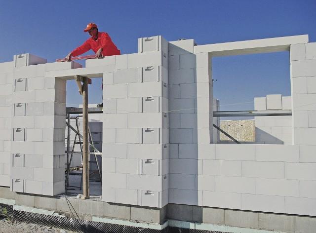 Ściany z betonu komórkowego na cienką spoinęBudowa domu ze ścianami jednowarstwowymi z betonu komórkowego.