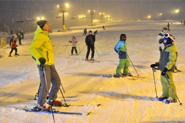 Czy można jechać na narty? Stoki narciarskie będą otwarte? Są nowe informacje, rząd jednak zmienił zdanie. W sobotę wicepremier Jarosław Gowin ogłosił zamknięcie stoków narciarskich, po protestach górskich gmin zmienił zdanie. Znamy nowe zasady sanitarne i obostrzenia podczas zimowych wakacji. Będzie można jeździć na nartach, ale w reżimie sanitarnym. Oto nowe wytyczne >>>Na następnych zdjęciach kolejne informacje. Aby przejść do galerii, przesuń zdjęcie gestem lub naciśnij strzałkę w prawo.