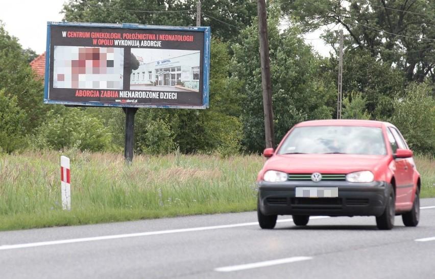 Kontrowersyjny billboard przy drodze krajowej 46. W ostatnich tygodniach podobne stanęły w kilku miejscach w całej Polsce.