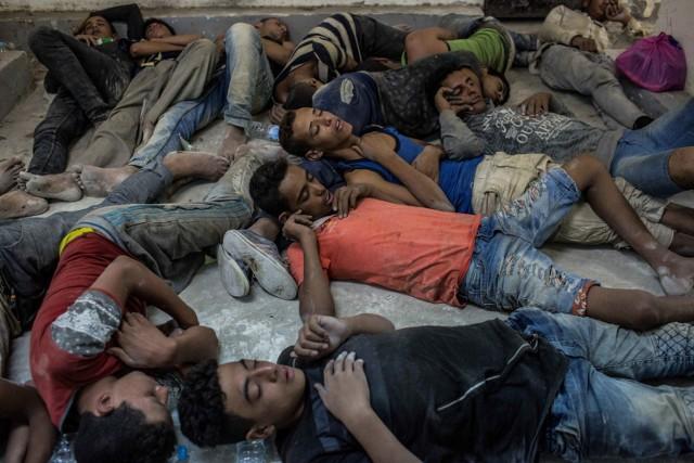 Ranni i zmęczeni Egipcjanie ocaleni z łodzi śpią pokotem na posterunku policji