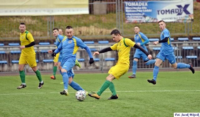 Piłkarze Leśnika Manowo (żółte stroje) wygrali trzeci mecz w rundzie rewanżowej.