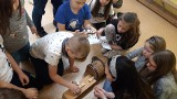 Biblioteka w Zaborze. Młodzież szukała teatralnych i muzealnych skarbów