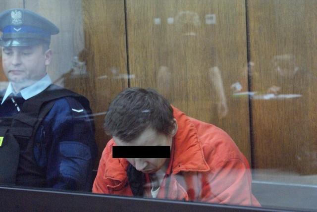 To była prawdziwa jatka za więziennym murem w Sieradzu. 26 marca 2007 roku  około godziny 8.30 strażnik więzienny Damian C. otworzył ogień z karabinu maszynowego do trzech  policjantów, którzy przyjechali po aresztanta.  Na miejscu zabił dwóch.  Trzeci zmarł w szpitalu.Czytaj na kolejnych slajdach