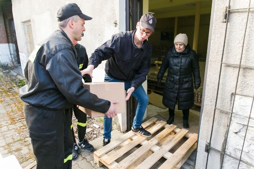W rozładunku żywności, która dotarła do Krzeszowic pomagali...