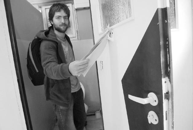 - Papier toaletowy w kawałkach przyczepiono do drzwi. Tak chyba nie powinny wygladać toalety w Europie? - pyta Piotr, student. (fot. Witold Chojnacki)