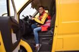 Dzień z kurierem. Anna Joachimska i jej żółty peugeot
