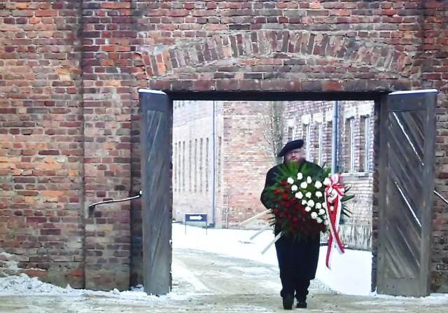 W dniu rocznicy wieniec pod Ścianą Śmierci w Auschwitz I oraz znicz przy pomniku w Birkenau – jako symbol pamięci i solidarności z Ofiarami – złożył dyrektor Muzeum Piotr M. A Cywiński