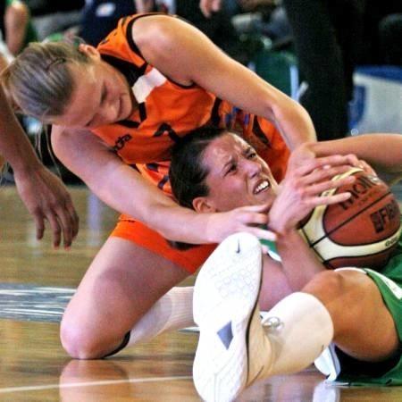 W meczu z Uteksem koszykarki CCC walczyły do upadłego i wygrały. Czy tak będzie i w kolejnych spotkaniach? Na zdjęciu Justyna Jeziorna próbuje wyrwać piłkę Elżbiecie Międzik.