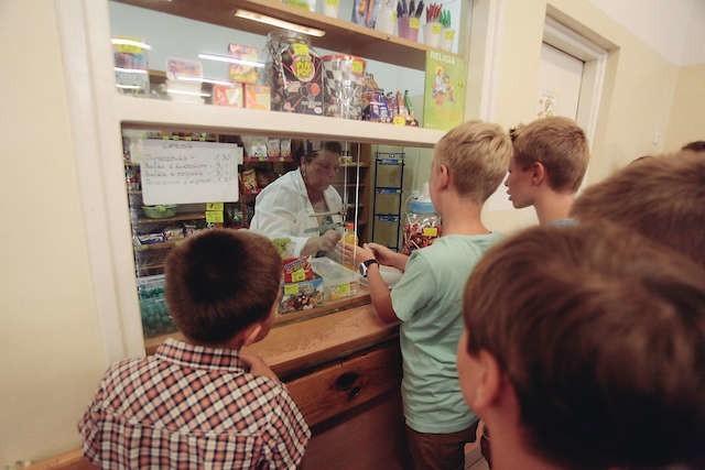 Z nowego rozporządzenia ministra zdrowia cieszą się uczniowie, właściciele szkolnych sklepików i niektórzy rodzice.