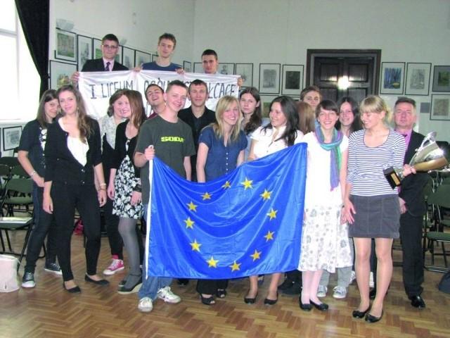 Suwalczanie przywieźli flagą europejską i puchar, który otrzymali za wiedzę o europejskiej kulturze.