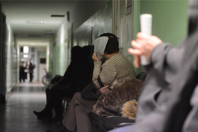 W związku z pandemią koronawirusa lekarze przypominają, aby unikać zatłoczonych miejsc, w tym także przychodni.