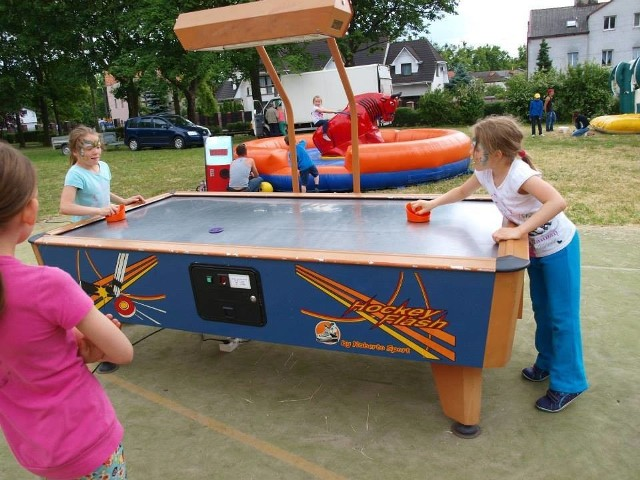 Podczas pikniku rodzinnego można było miło spędzać czas na grach i zabawach.