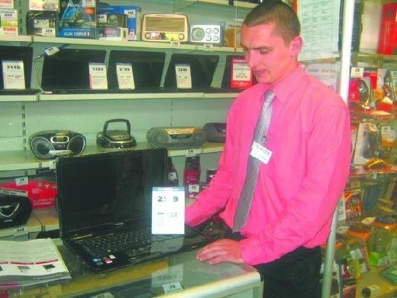 Pierwsza Komunia. Krystian Kulikowski, doradca klienta w sklepie ze sprzętem AGD i RTV często sprzedaje laptopy, które trafiają do ośmiolatków z okazji komunii świętej