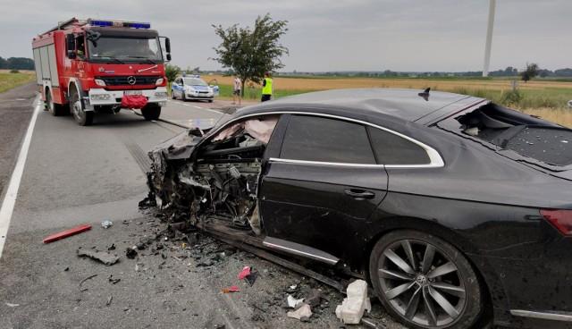 Za kółkiem wystarczy chwila nieuwagi, by doszło do tragedii. Dlatego tak ważne jest, by kierowca był skupiony na jeździe i nie lekceważył zasad prawidłowego prowadzenia auta. Niestety, wielu kierowców wyrobiło u siebie niebezpieczne nawyki, które mogą doprowadzić do tragedii na drodze. Zobacz na następnych stronach, czego należy się wystrzegać za kółkiem! Aby przejść do galerii, przesuń zdjęcie gestem lub naciśnij strzałkę w prawo.