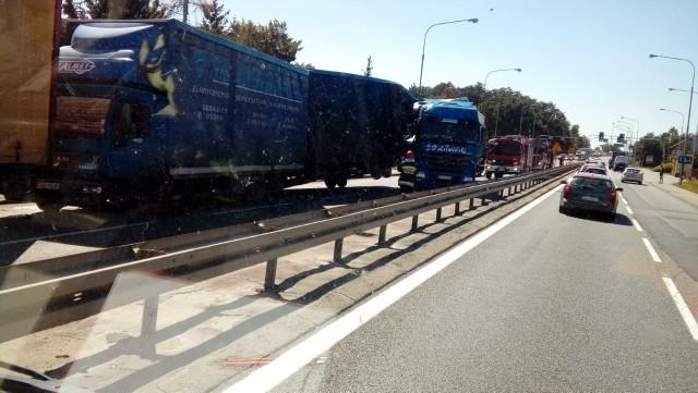 Wypadek w Mirkowie. Zderzyły się trzy samochody ciężarowe i dwa auta osobowe