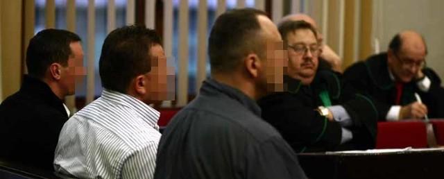 Na ławie oskarżonych w tym procesie zasiada dziesięciu mężczyzn. Mają od 32 do 44 lat. Główny oskarżony to Sławomir M. (na zdj. drugi od prawej).