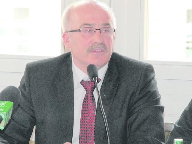 Janusz Garbacz jest mieszkańcem Drawska Pomorskiego. Pracuje w starostwie powiatowym, w wydziale komunikacji. Jest etatowym członkiem zarządu powiatu.
