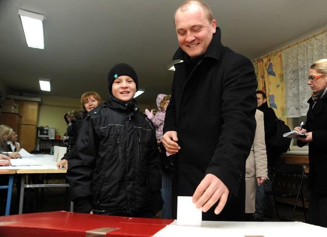 Prezydent Krzystek podczas głosowania.