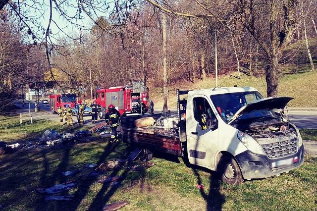 Do pożaru doszło w poniedziałek, 23 marca, na ul. Fredry w Gorzowie. Na miejsce szybko dotarły dwa wozy straży pożarnej.Samochód dostawczy jechał ul. Fredry. Po godz. 15.00 doszło do pożaru materiałów, które przewoził. Kierowca nie był w stanie sam poradzić sobie z ogniem. Na miejsce zdarzenia została wezwana straż pożarna. Dojechała również policja. Na szczęście strażacy szybko poradzili sobie z pożarem.WIDEO: Jak postępować, kiedy jesteśmy świadkami lub uczestnikami wypadku drogowego