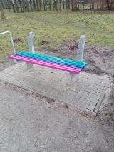 Wandale zniszczyli kolejną tęczową ławkę w Kielcach. Mieszkańcy oburzeni