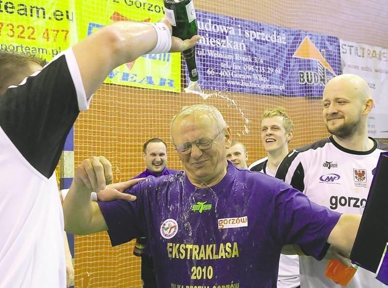 Trener akademików Michał Kaniowski nie miał szans uniknięcia po meczu kąpieli w szampanie. Zawodnicy podziękowali mu za 18 ligowych zwycięstw i powrót do elity.