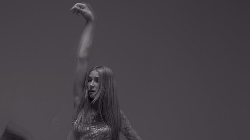 """Amelia Andryszczyk prezentuje swój nowy singiel """"Więcej"""" i..."""