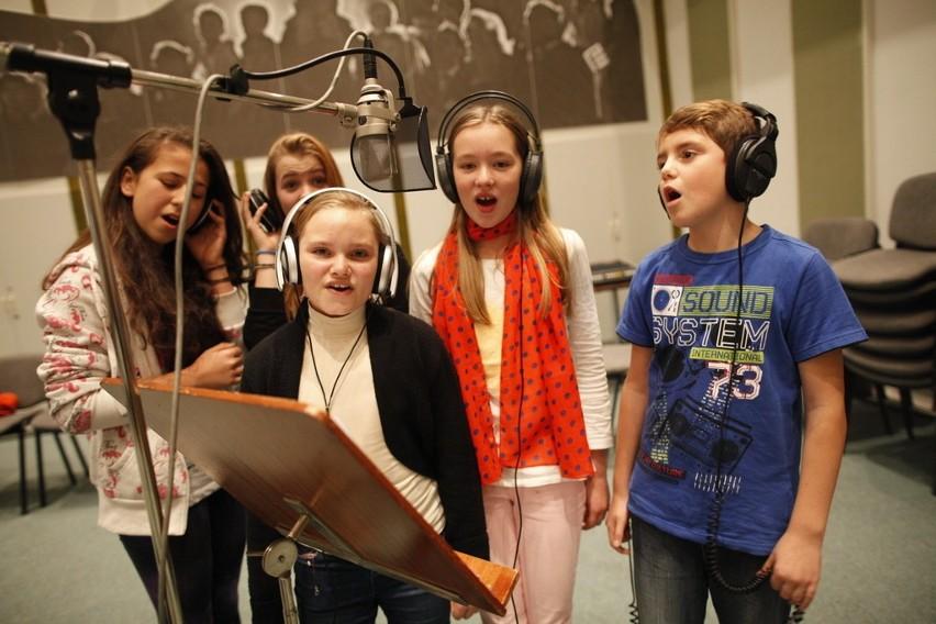 Opolskie dzieci śpiewają kolędy.