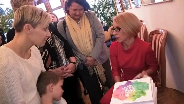 Na spotkanie z Agnieszką Kossowską w WBP przyszło kilkadziesiąt osób, każda miała okazję porozmawiać z autorką oraz otrzymać bezpłatny egzemplarz książki wraz z autografem.