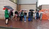 Kraków. Pacjenci stoją w gigantycznej kolejce, w strugach deszczu przed wejściem do szpitala [ZDJĘCIA, WIDEO]