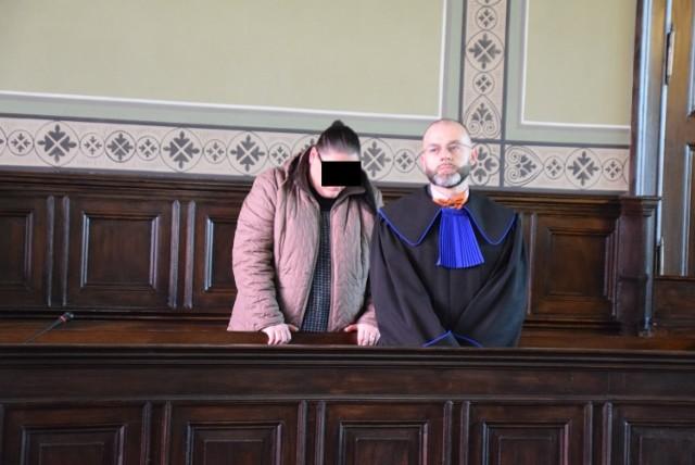 Karina G. w poniedziałek usłyszała wyrok: 3 miesiące bezwzględnego pozbawienia wolności, rok ograniczenia wolności, polegającej na obowiązku wykonywania nieodpłatnej, kontrolowanej pracy na wskazany cel społeczny w wymiarze 20 godzin w stosunku miesięcznym oraz 7 lat zakazu wykonywania zawodu opiekunki.