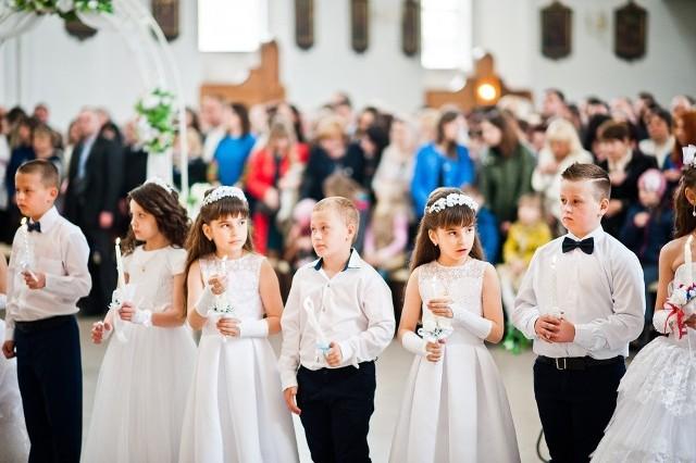Spotkania przygotowujące dzieci do przyjęcia sakramentów należy prowadzić z zachowaniem wszelkich norm sanitarnych i zgodnie z obowiązującymi przepisami. Należy mocno zobowiązać też rodziców do przeprowadzenie katechez domowych według materiałów przekazanych przez duszpasterza przygotowującego do sakramentów.