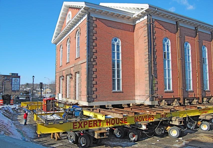 Na zdjęciu przenoszenie kościoła w amerykańskim Salem....