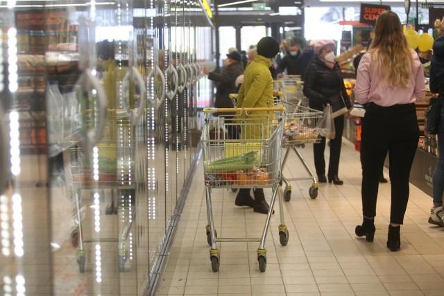 Eksperci sprawdzili ceny w  jedenastu sieciach handlowych w tym w jednej oferującej zakupy online. W tym gronie Oczywiście nie mogło zabraknąć takich dyskontów jak Biedronka, Lidl, Kaufland, Carrefour Auchan, Tesco i inne. Eksperci co miesiąc sprawdzają, jakie mają ceny nabiału, mięsa i wędlin, napoi, słodyczy, alkoholi, chemii domowej i kosmetyków.W sześciu sieciach ceny w maju były nieznacznie niższe niż w ubiegłym miesiącu. W najdroższym sklepie w maju zakupy kosztowały w przybliżeniu 257,51 zł, o 17% więcej niż w najtańszym - tam średni koszt koszyka zakupowego wyniósł 210,52 zł.Jaki sklep jest najtańszy w Polsce? W jakim ceny są zdecydowanie najwyższe? Sprawdźcie ranking w dalszej części galerii!Czytaj dalej. Przesuwaj zdjęcia w prawo - naciśnij strzałkę lub przycisk NASTĘPNEPOLECAMY TAKŻE: Koniec handlu w niedziele? Rząd chce zamknąć nawet Żabki!