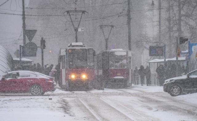 Obfite opad śniegu, mróz i silny wiatr. Bydgoszcz i region zmagają się z atakiem zimy. Na drogach panują fatalne warunki. Taka aura towarzyszyć będzie nam przez kilka dni. Na szczęście, opady śniegu nie będą tak obfite, jak w poniedziałek, 8 lutego.Więcej zdjęć i informacji z ataku zimy w Bydgoszczy w poniedziałek, 8 lutego>>>