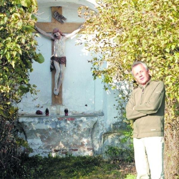 Ta wiekowa kapliczka pilnie potrzebuje ochrony konserwatora zabytków