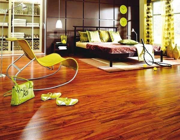 Podłogi z egzotycznego drewna oferują także producenci paneli.