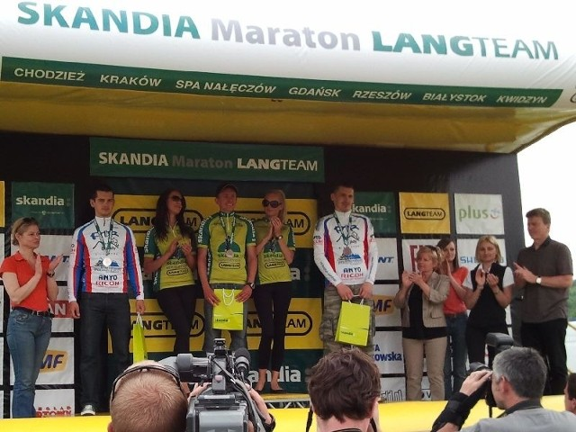 Paweł Niechwiedowicz (z lewej) oraz Adam Nojszewski (z prawej) na podium Skandia Maraton w Krakowie