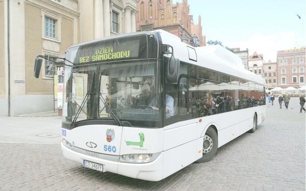 W niedzielę autobusy jeździły nawet po Rynku Staromiejskim. Dziś też warto zamienić auto na autobus albo rower