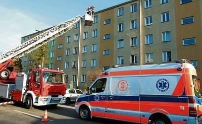 Do mieszkania 80-latki na czwartym piętrze bloku przy ul. Barskiej strażacy dostali się przez uchylone okno. Ulicę blokowała policja, a w gotowości do niesienia pomocy była załoga karetki pogotowia. FOT. WOJCIECH CHMURA