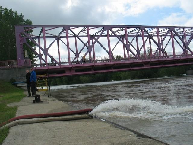 Odra nie przelała się pod mostem na teren Ostrowa Tumskiego i już się nie przeleje. Zrzucana jest do niej woda ze studzienek kanalizacyjnych
