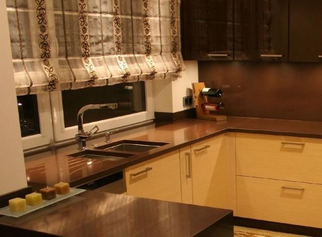 Blat kamiennyProjektując kuchnie klasyczne czy stylowe, prym nadal wiodą blaty w takich kolorach, jak beż, żółcie i brązy z wyraźnym użyleniem powierzchni.