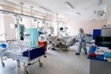 Strach i walka na oddziale covidowym w szpitalu Żeromskiego [FOTOREPORTAŻ]