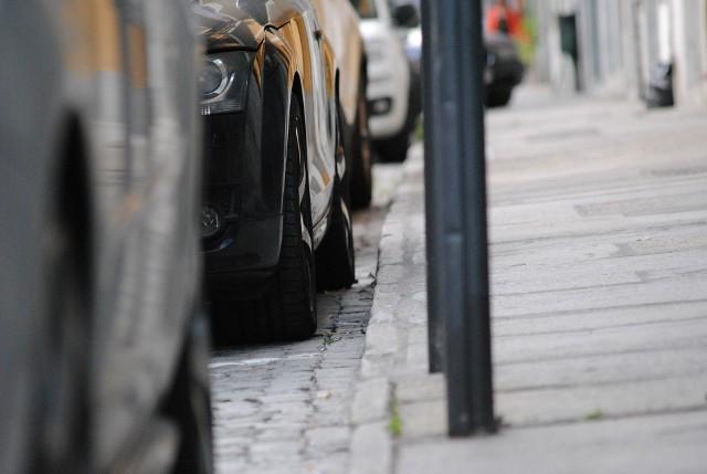 Samochody są zaprojektowane do regularnej jazdy. A co się dzieje, gdy stoją w miejscu przez dłuższy czas? Rzadziej wsiadasz za kółko a Twój samochód stoi przez dłuższy czas zaparkowany w jednym miejscu? Warto mieć świadomość, że kiedy nie prowadzisz auta, dzieją się z nim po cichu rzeczy, które w konsekwencji mogą doprowadzić do zniszczeń.Zobacz na kolejnych slajdach, co może się stać z Twoim samochodem, gdy nim nie jeździsz >>>>>