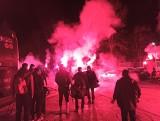 Kibice Kinga Szczecin powitali w nocy zwycięską drużynę. ZDJĘCIA, WIDEO