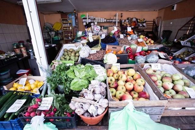 Sezon wiosenny to czas, kiedy z utęsknieniem czekamy na to, aż pojawią się w sklepach warzywa i owoce z polskich pól. Najlepsze są te rosnące pod słońcem, kiedy dojrzeją mają najwięcej witamin. Tego najbardziej trzeba po zimie.Kończymy dojadać warzywa okopowe, czyli marchew, buraki i ziemniaki, a pojawiające się pierwsze nowalijki kuszą by urozmaicić dietę. W tym roku wiosna serwuje opóźnienie i na pierwsze truskawki trzeba poczekać. Podobnie będzie z ogórkami, młodą kapustą, czereśniami.W sklepach pojawiają się co prawda warzywa i owoce z Polski, ale często są ze szklarni bądź co gorsze, z importu. Nazwy kojarzone z produktami sezonowymi wprowadzają konsumentów w błąd. Sprawdziliśmy jakie produkty już są od rolników, ile kosztują, a na jakie trzeba poczekać i kiedy się pojawią.