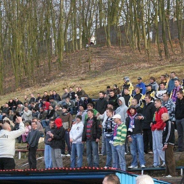 Piłkarze i zarząd Chełminianki cieszą się z  dopingu kibiców, którzy potrafili się  zorganizować, ale krytykują ton stadionowych  przyśpiewek