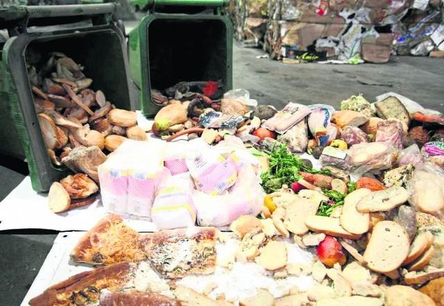 Najczęściej jedzenie ląduje na śmietniku przez przegapienie terminu spożycia i zbyt duże zakupy