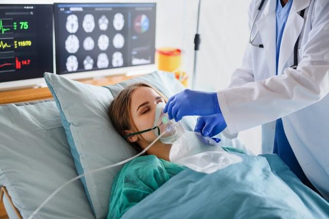 Zakaziłeś się koronawirusem? Sprawdź, co powinno wzbudzić twoją czujność! Poniższe objawy występują zwykle w ciężkim przebiegu COVID-19 i świadczą o tym, że wirus zajął centralny układ nerwowy. Zobacz, co zwiastuje ciężki przebieg choroby na kolejnych slajdach --->