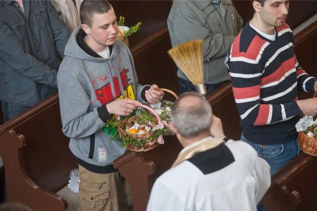 Święcenie pokarmów w Wielką Sobotę to tradycja. Koszyczek wielkanocny powinien zapełnić się pokarmami. Zabraknąć nie może chleba, soli i jajek. Poświęcić powinno się także baranka. Sprawdź, co jeszcze warto włożyć do wielkanocnego koszyczka, który zaniesiemy na święcenie pokarmów.